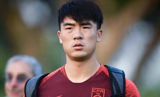 他19岁就在中超踢主力,深受里皮器重,却因不堪重用沦为国足看客