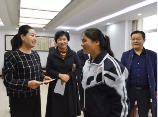 山阳县委常委、宣传部长王昕慰问道德模范和身边好人