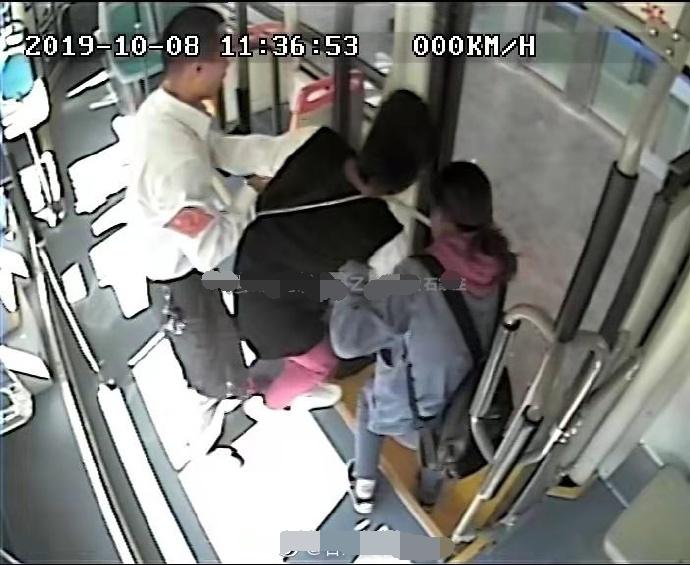 石家莊:女孩乘車暈倒,公交車送醫急救