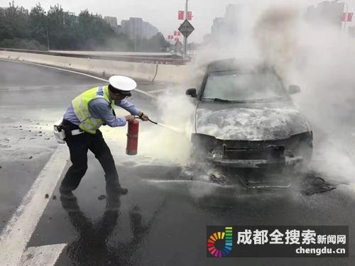 天府立交上轎車突然起火網友點贊成都交警緊急救火