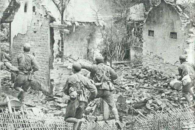 越軍師長在炮火下報告,今天敵人極為厲害,柑塘外圍陣地全垮了
