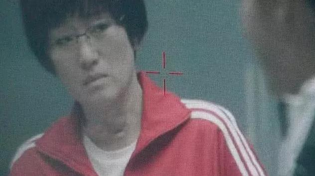 鞏俐《中國女排》最新路透照,一身紅運動服,表情嚴肅和隊員談話