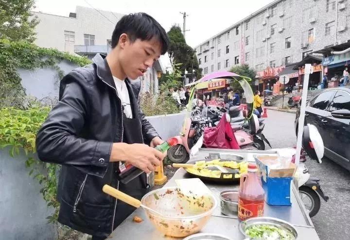 励志!威宁这位在校大学生摆摊炸洋芋自赚生活费