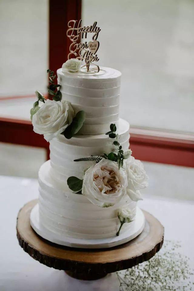 新人带着狗举办婚礼,可大家的注意力却在婚礼蛋糕上