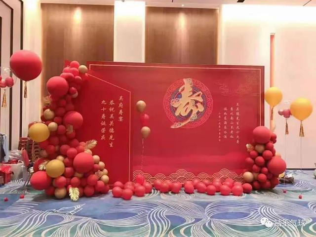 氣球背景墻怎么制作?紅金色系氣球背景墻造型圖片