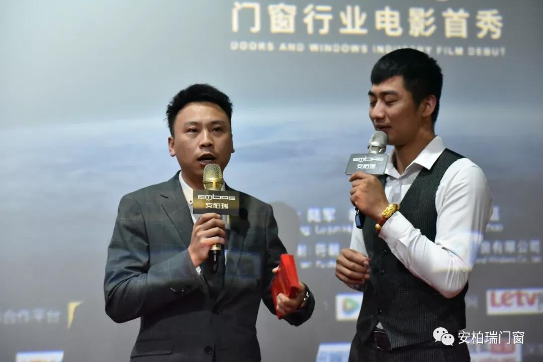 安柏瑞副总经理胡凯杰(左)