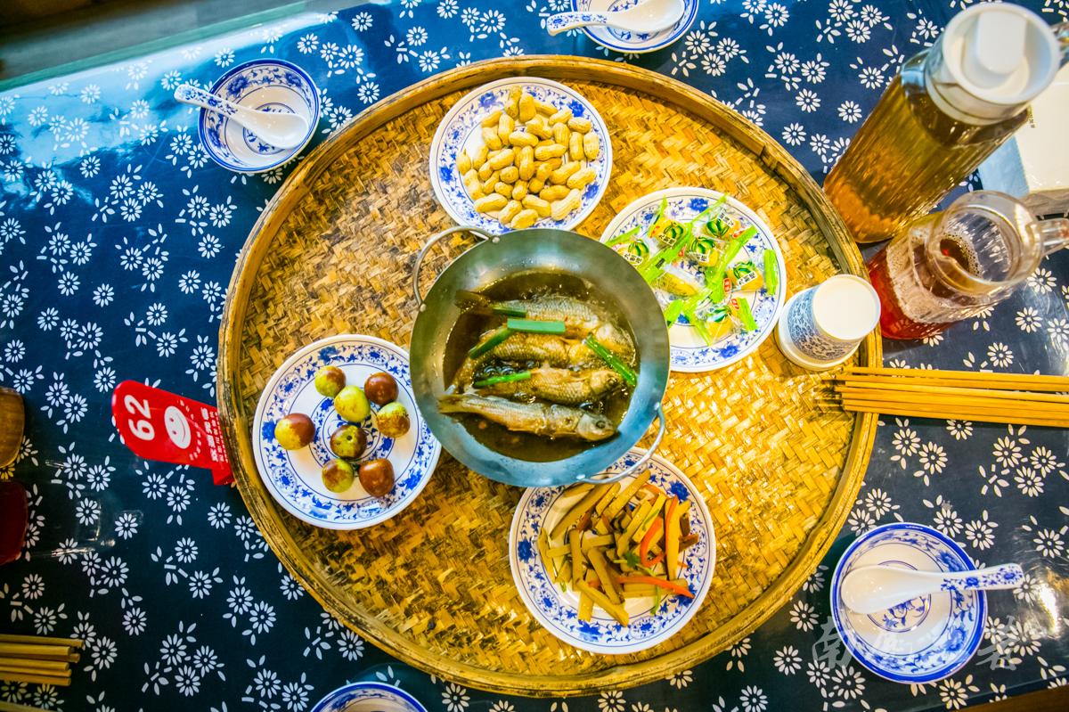 畲族也有长桌宴,路口拦门酒,对不上歌不让进村