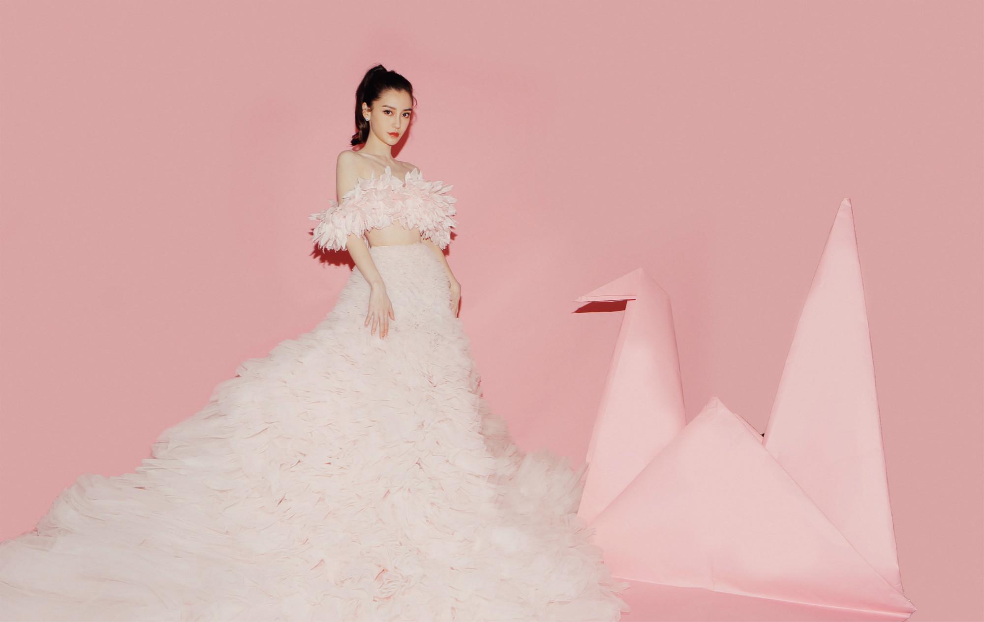 Angelababy粉色坠地裙梦幻浪漫 芭莎慈善夜与爱同行