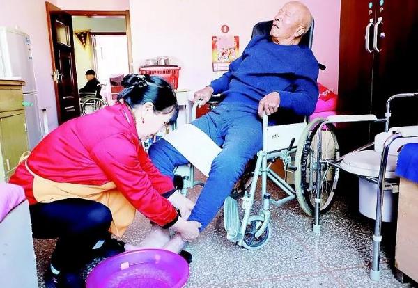 洗脚 喂饭 人工排便……太原这家养老院的护理员比老人儿女还贴心