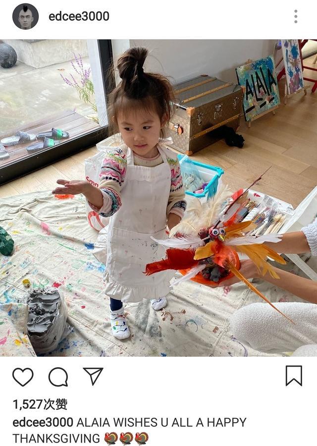 陳冠希感恩節派女兒送祝福,Alaia穿小圍裙變畫家,擺拍萌態十足