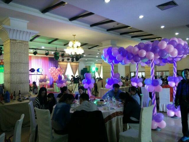 婚禮地爆氣球怎么弄的?地爆氣球婚禮現場如何布置
