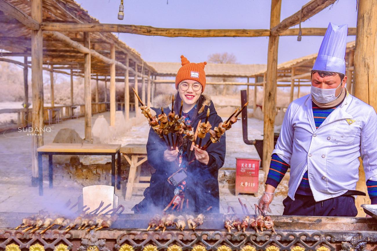 新疆红柳烤肉真的好吃?一串30块钱,游客嫌贵又馋嘴:真香呀