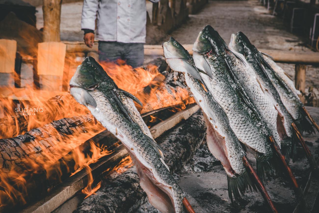新疆物价怎么样?一条红柳烤鱼148元,游客嫌贵却坦言值得吃