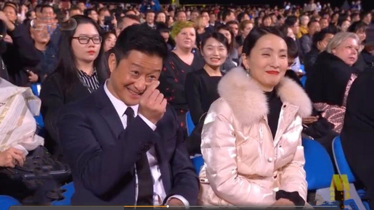 陶虹跟徐峥比心好甜啊,台下两人穿情侣棉服,也太真实了吧!