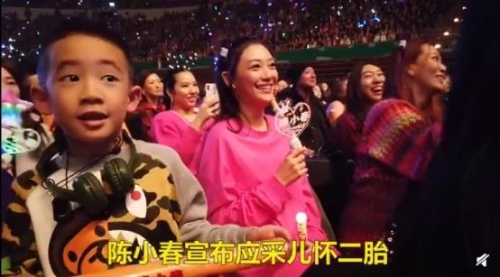 """陈小春台北演唱会高调宣布喜讯:采儿二胎!网友:""""山鸡哥""""肯定女儿奴"""
