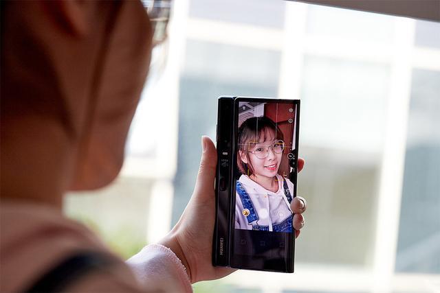 作为一款开辟新时代的旗舰,华为Mate X在相机方案上也与折叠形态进行了充分融合,仅用一套相机方案就解决了前置后置拍照的问题。无论是展开还是折叠状态,用户都能用华为Mate X正常拍照。