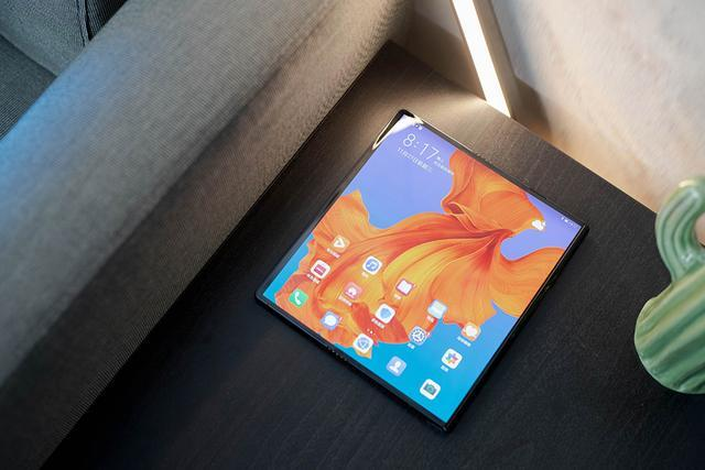 作为一款全新形态的产品,华为Mate X带给我们的除了颠覆之外,也有一点点不习惯。比如使用手机时非常常见的一种做法——贴膜,在华为Mate X上就不是普通用户能够完成的。