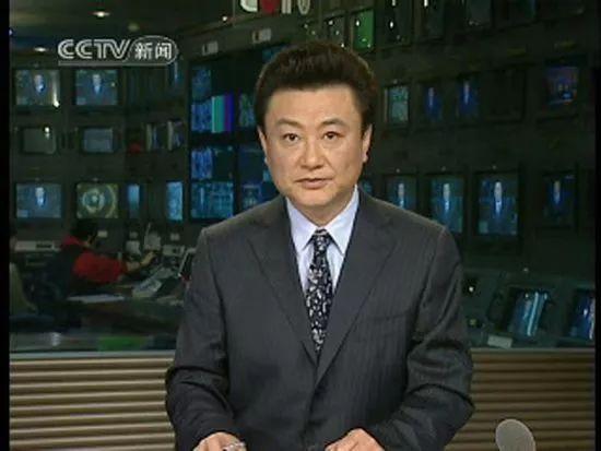 央视主持人王宁近照,一改台上严肃形象,与粉丝合影和蔼可亲
