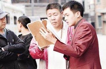 张若昀因《庆余年》爆红,深V造型致敬陈道明,项圈被白宇调侃