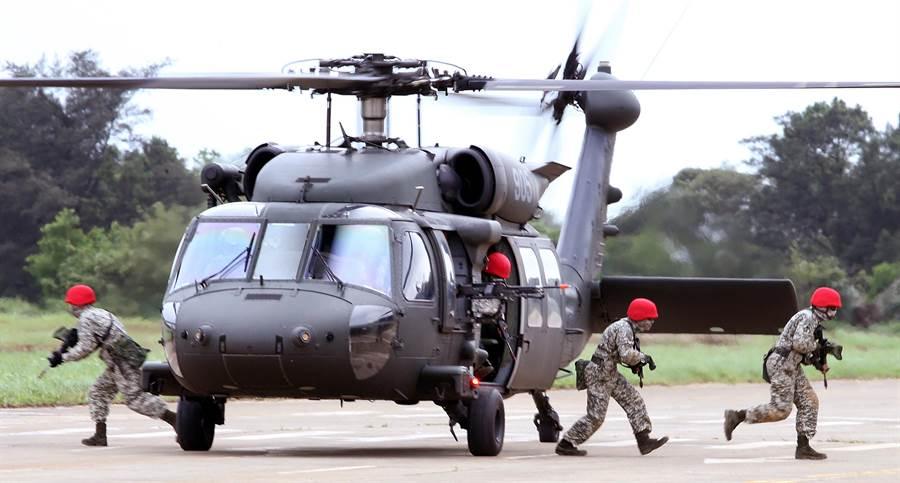 """黑鹰失联!台防务部门确认""""参谋总长""""在机上已搜到同机人员_直升机"""