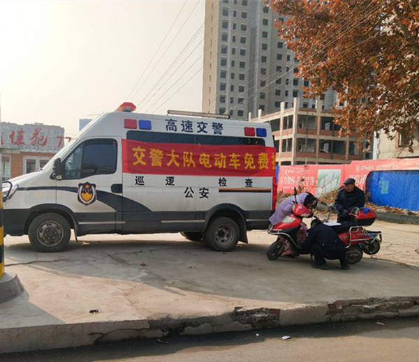 山东蒙阴高速交警居民小区设立电动车挂牌服务站,居民上牌方便齐称赞