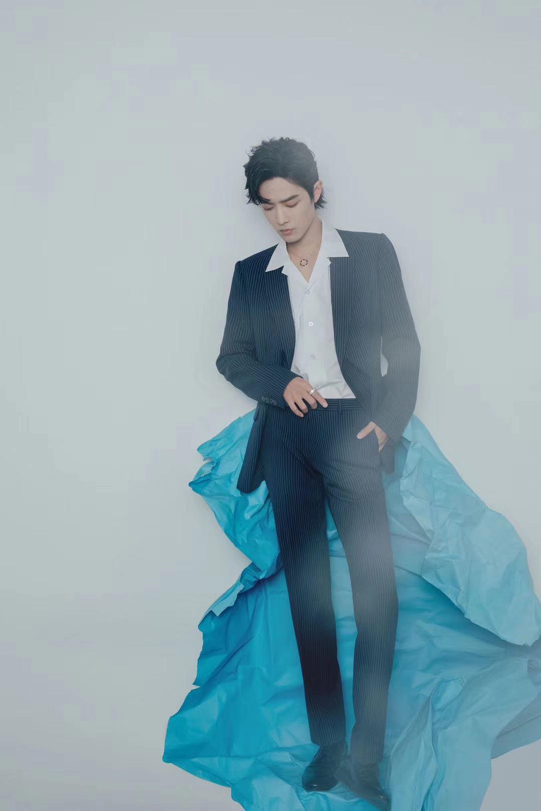 肖战身着蓝色西装,酷劲十足!