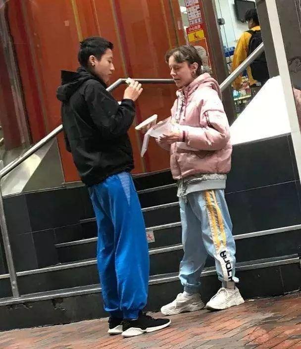 小龙女吴卓林近况凄惨!带外国妻子街头狂吃三明治,住廉价百元房