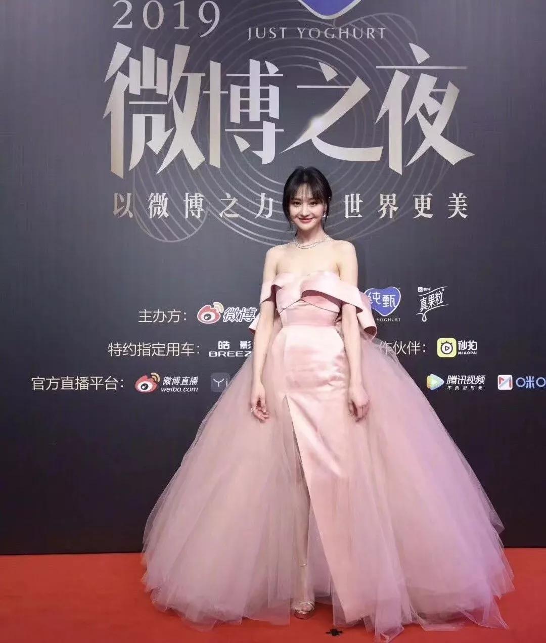 微博之夜红毯趣事:蔡徐坤后悔没穿秋裤,王嘉尔井柏然被粘住?