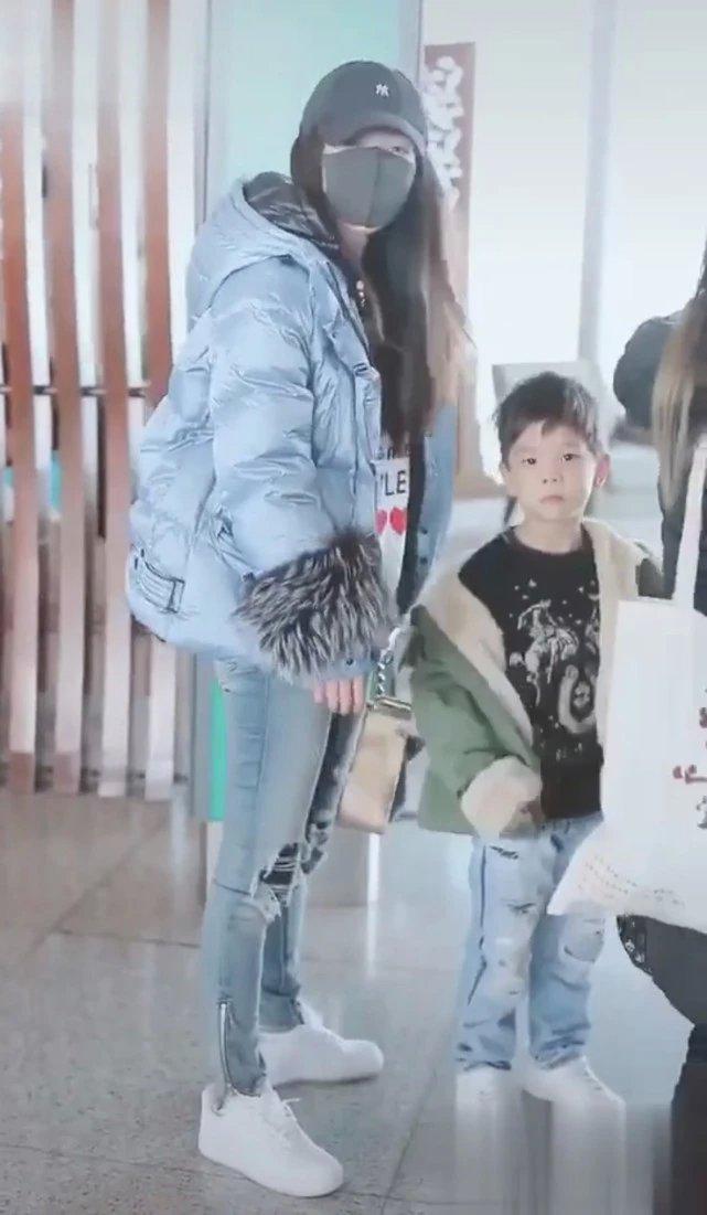 霍思燕母子现身机场,嗯哼对记者说了一句话,吓得妈妈捂住他的嘴