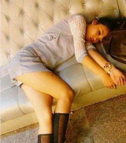 itotii搞笑GIF:妹子,你长点心吧,怎么在沙发上就睡了,小心着凉啊
