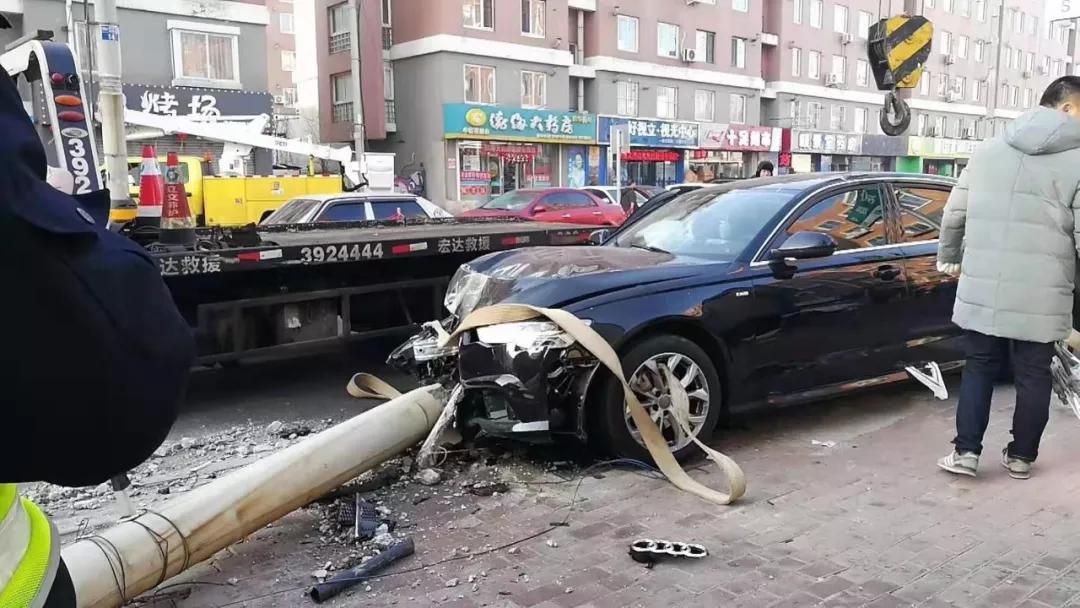 营口:第一现场!私家车撞上路边电线杆,损失严重!