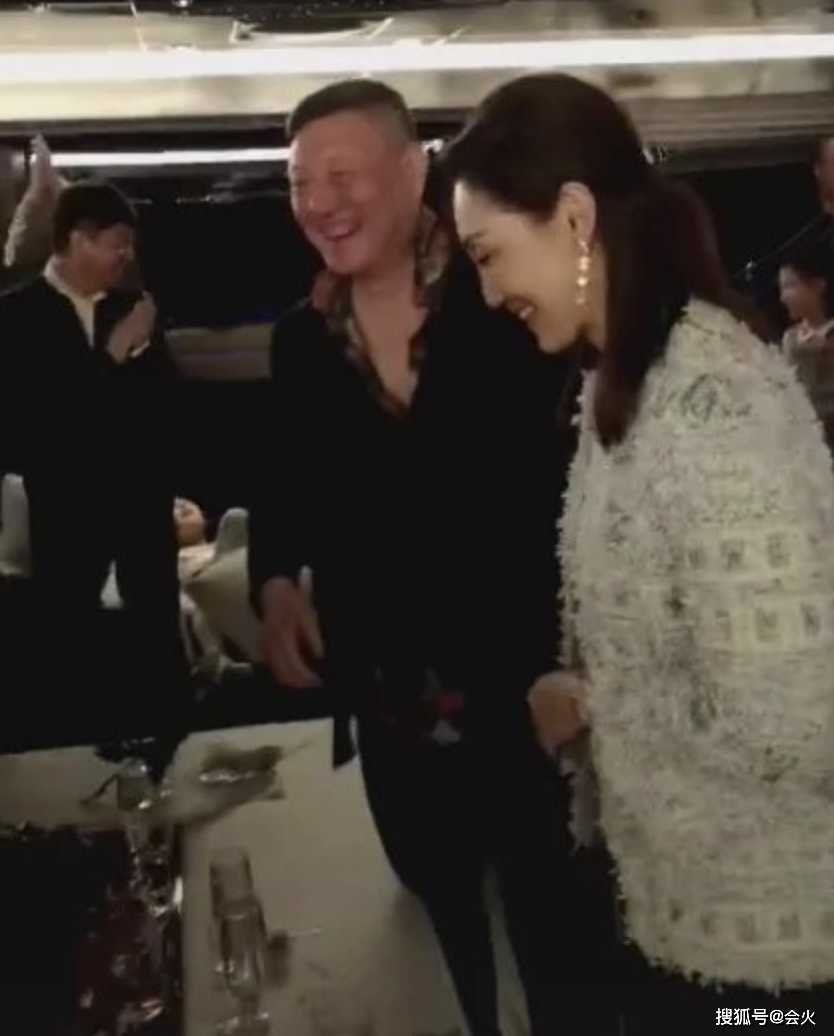 知名歌手韩磊热吻小16岁娇妻!结婚13年如胶似漆,妻子是蒙古之花