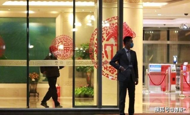 与谢霆锋有约?王菲现身机场全程手机不离手,一身旧行头相当节俭