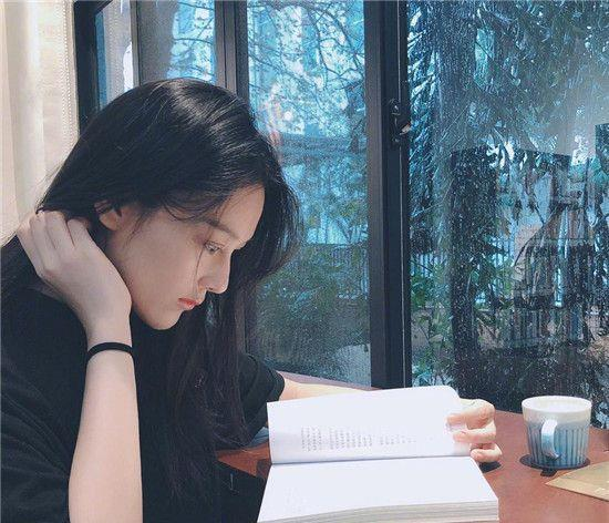 嫁人后的張馨予變身為文藝青年,與老公一起看書的樣子美嗎?