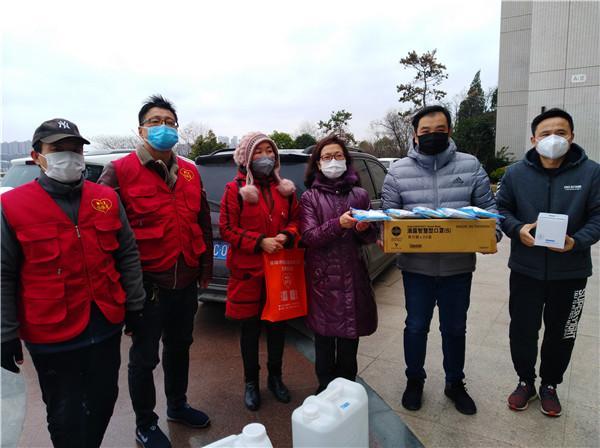 致敬勇敢前行的记者们-蚌埠稳恒者公益协会为电视台记者捐赠防疫物品