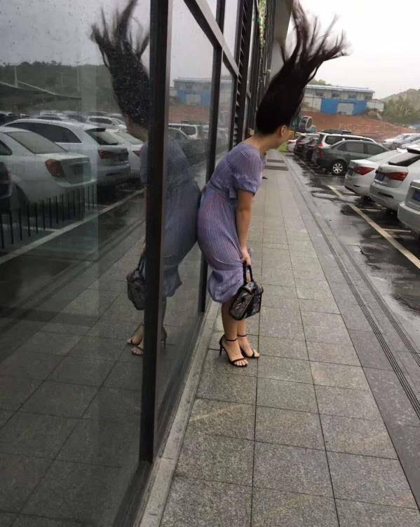 itotii妹子,这么大的风,你还在外面溜达啊,看你的头发就直啦