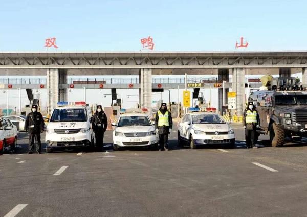 黑龙江双鸭山多举措防控疫情 守护群众健康和生命安全 疫情在前 交警不退