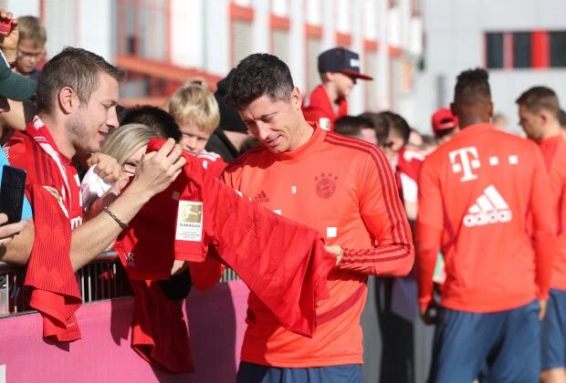 拜仁官方:禁止球员同球迷签名合影 以防新冠感染