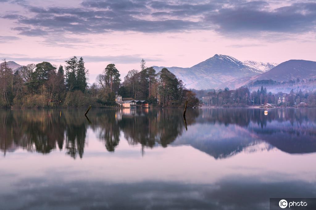 英國湖區震撼晨曦美景 平靜倒影宛如水墨畫