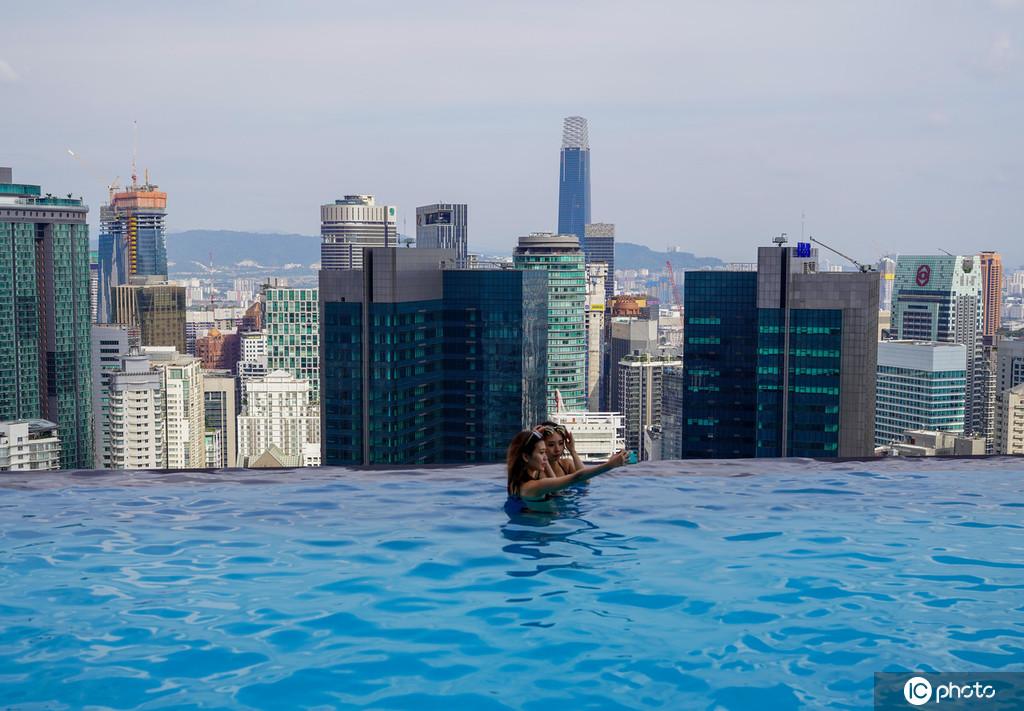 """吉隆坡51層樓頂網紅""""無邊""""泳池,游客慕名來打卡"""