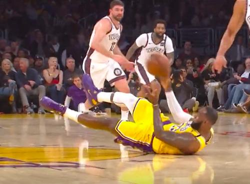 NBA赛事,詹姆斯倒地抢断,真是拼了!