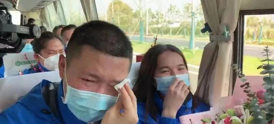 山东医疗队离鄂合影时被大金毛强行乱入:这个不能少了我!