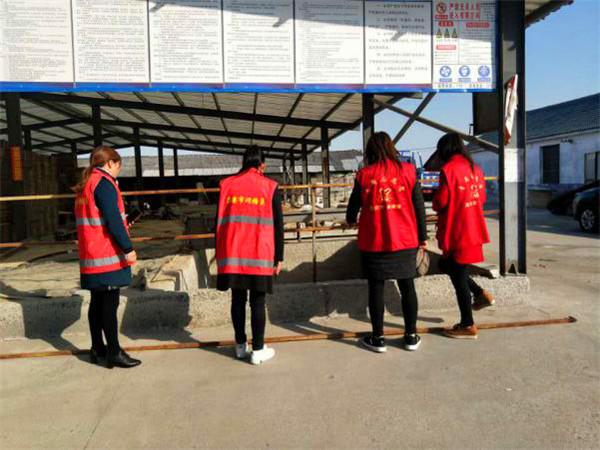 银树村网格长组织平安法治志愿者进行安全检查并做好疫情防控攻坚战