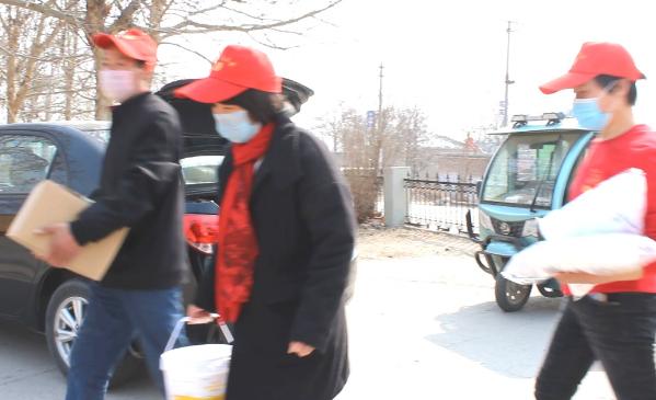 邢台市助学公益协会临城县志愿者服务队向祁村小学捐赠消毒物资