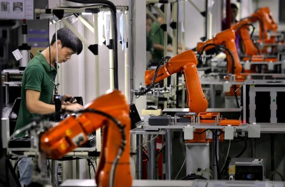 AI机器人为病人送物资降风险,疫情推动新一轮产业数字化升级