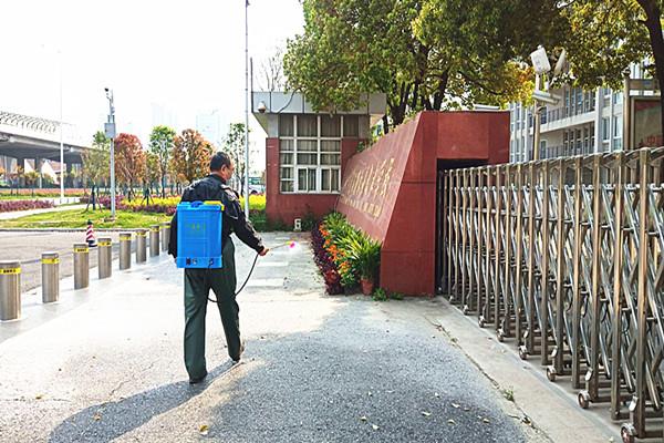 武汉市东西湖职业技术学校开展抗疫爱卫周末卫生日劳动