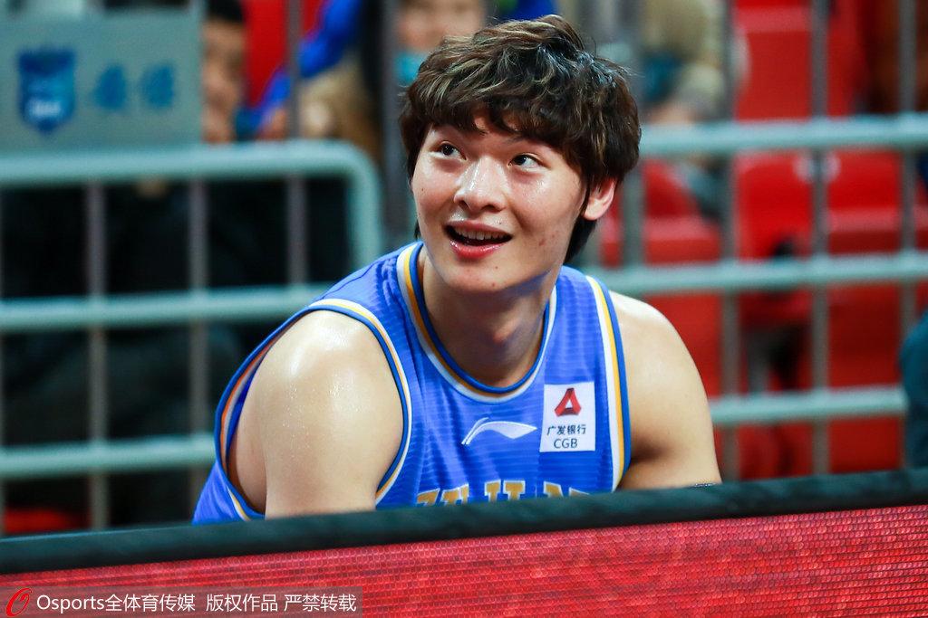 睢冉:蔡徐坤运球还挺标准 他的歌被王哲林推荐