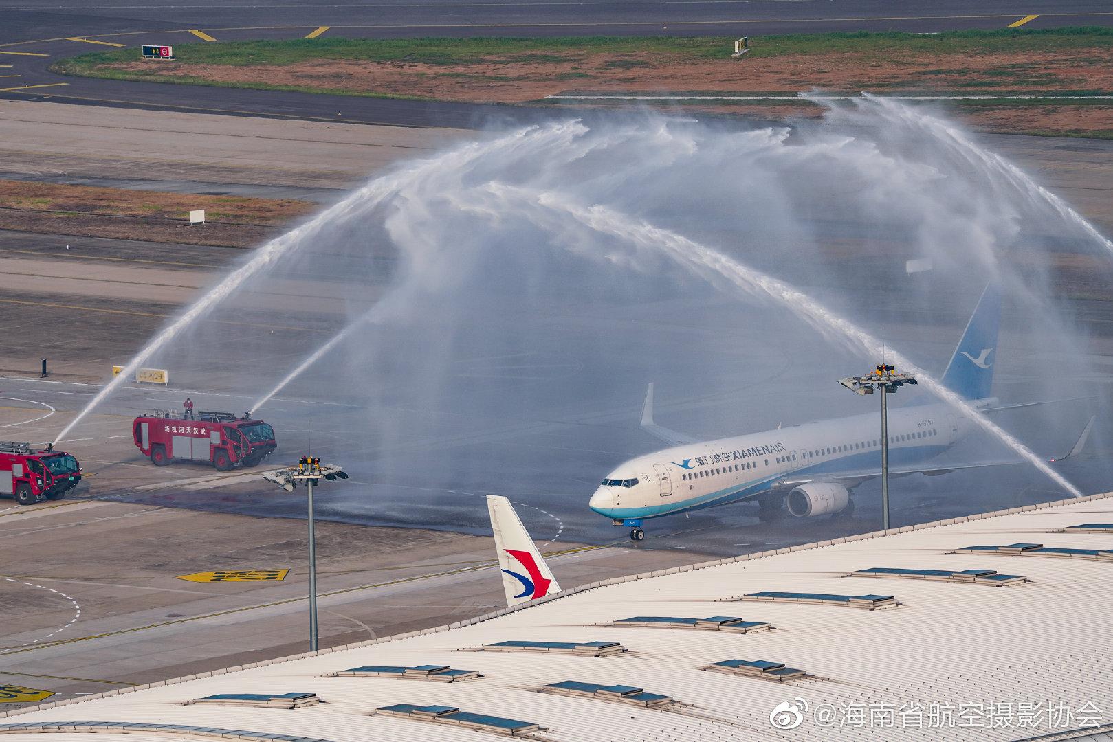 武汉首趟出港航班乘务员哽咽播报 首架航班获水门礼遇