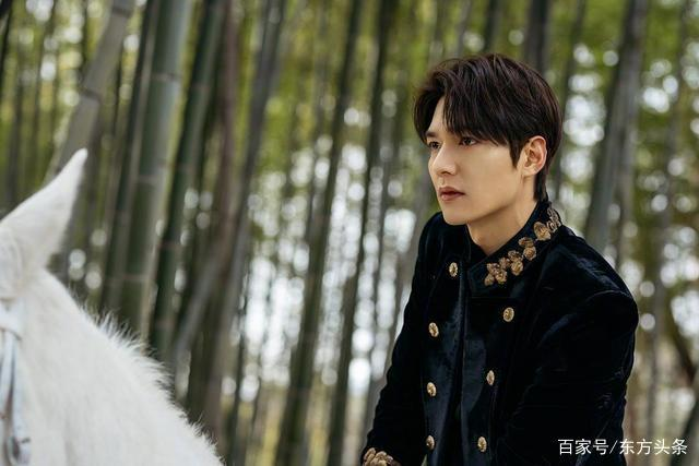李敏浩骑白马,为新剧做宣传,这是白马王子出现了吗?