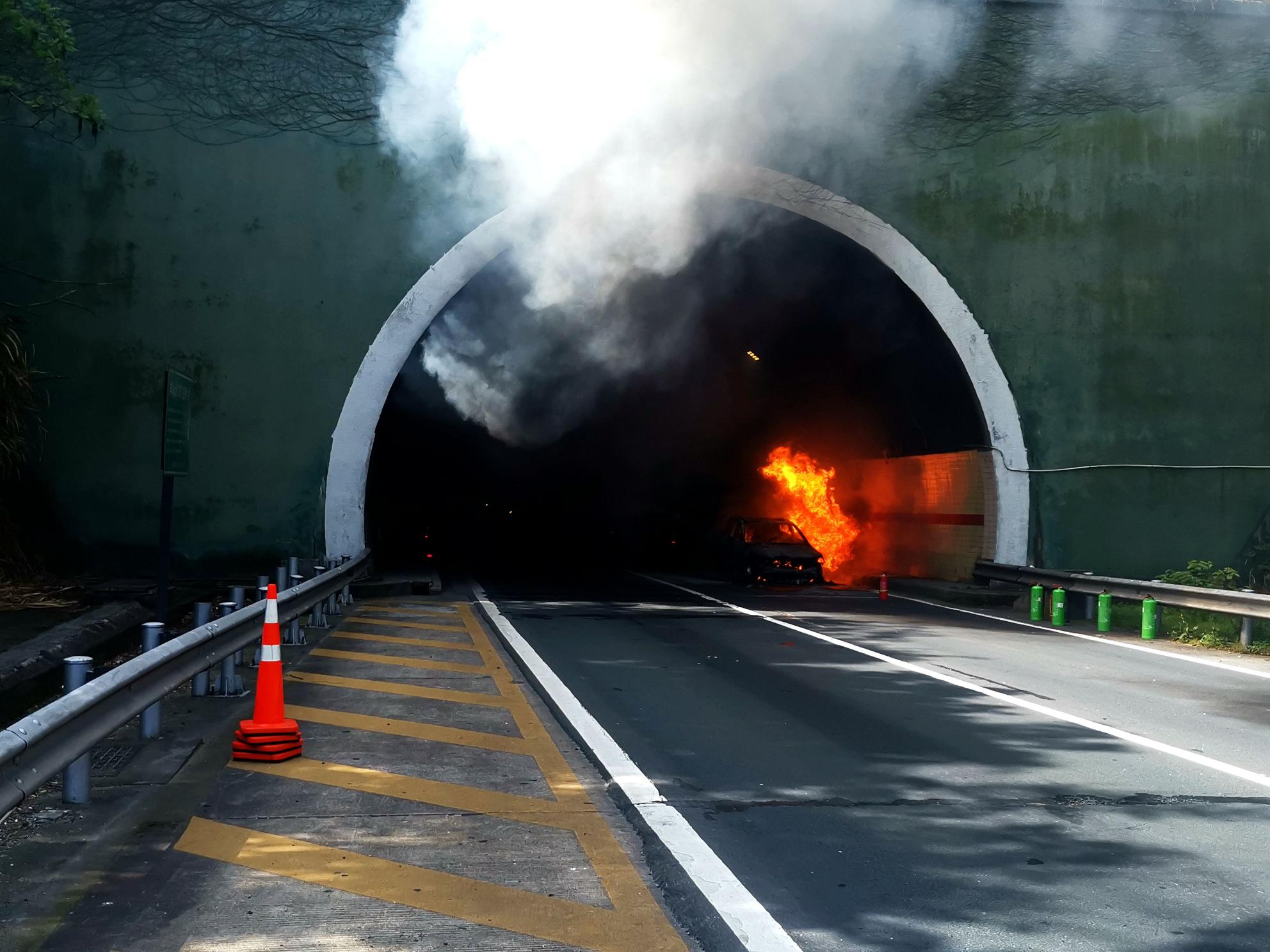 隧道内车辆突起火 巡查队员奋力扑救